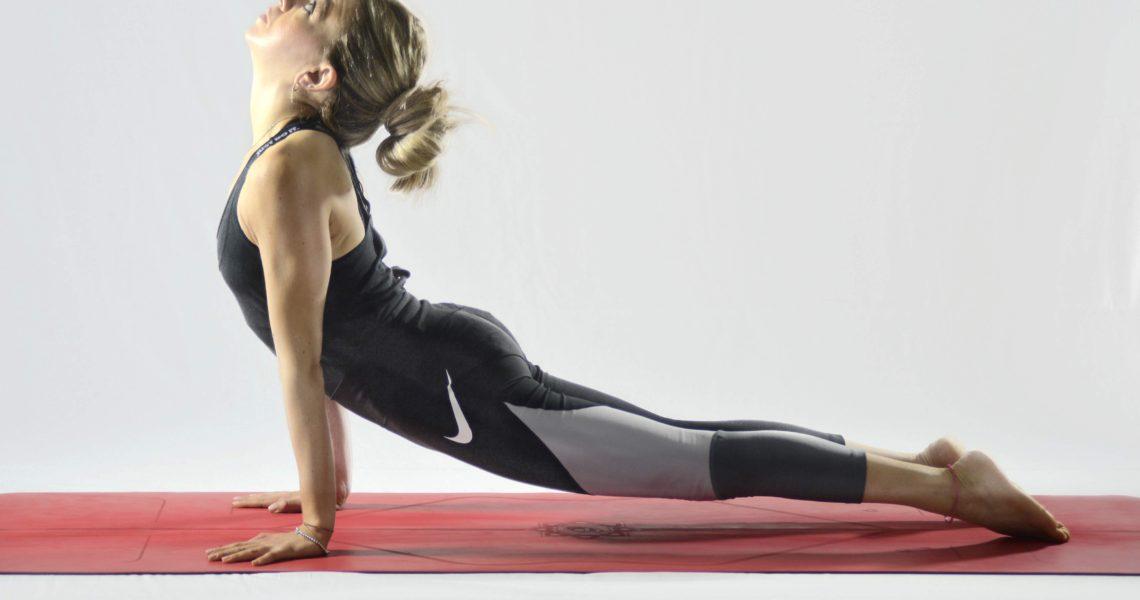 """I due aspetti più """"fisici"""" dell'Hatha Yoga sono le asana (posizioni stabili) ed i pranayama (tecniche di controllo del respiro). Poiché questa disciplina considera il corpo come il veicolo che ospita l'anima lungo il viaggio verso la perfezione, le asana sono designate a mantenerlo sano e flessibile, nonché a migliorare la capacità di concentrazione. La […]"""